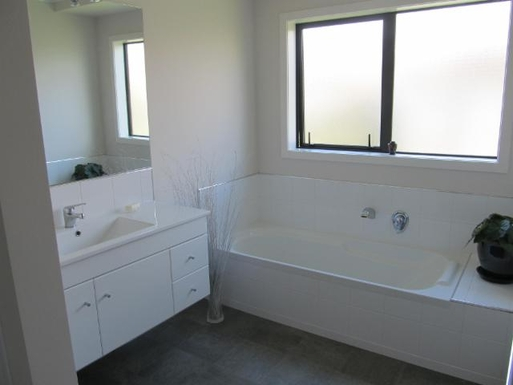 BoligBytte til,New Zealand,Wanganui Central,Main bathroom with shower to the left of photo