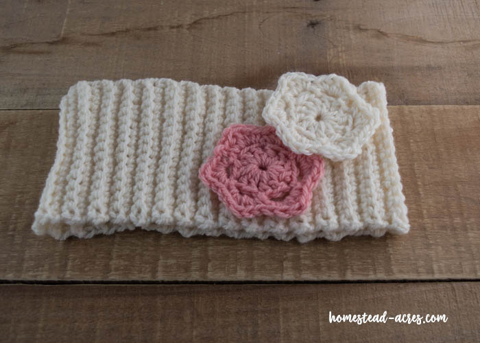 Easy ribbed crochet headband pattern with flowers