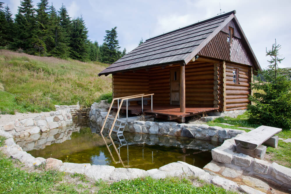 Log sauna hut with immersion pool