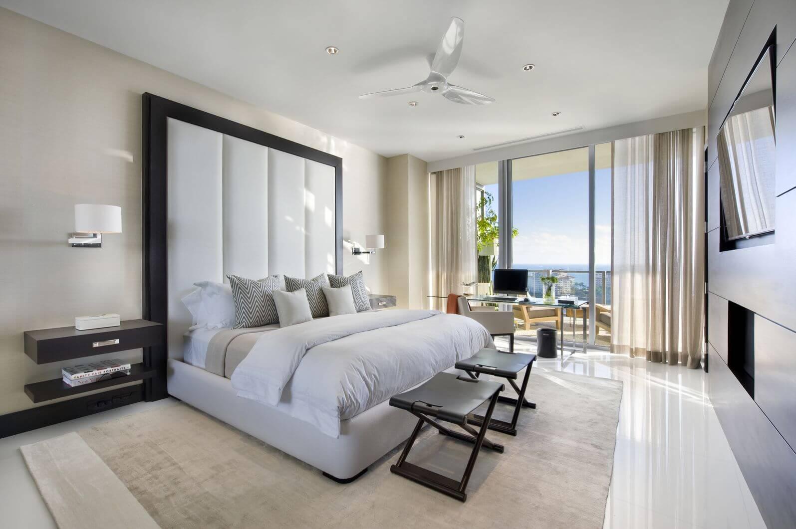 2 petits bancs placés au pied du lit dans la chambre principale