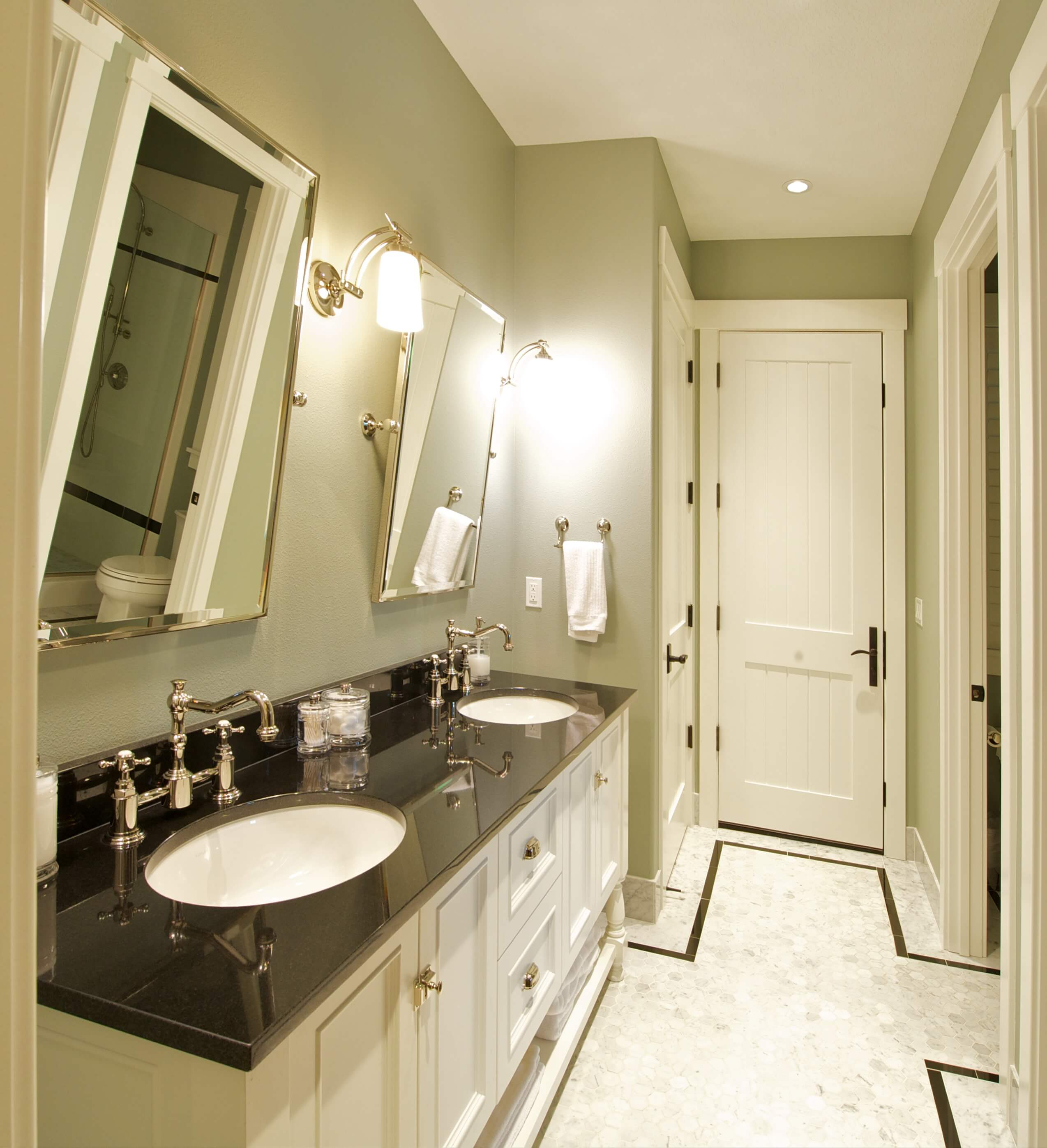 Here's the previous shot of the bathroom, now in color.