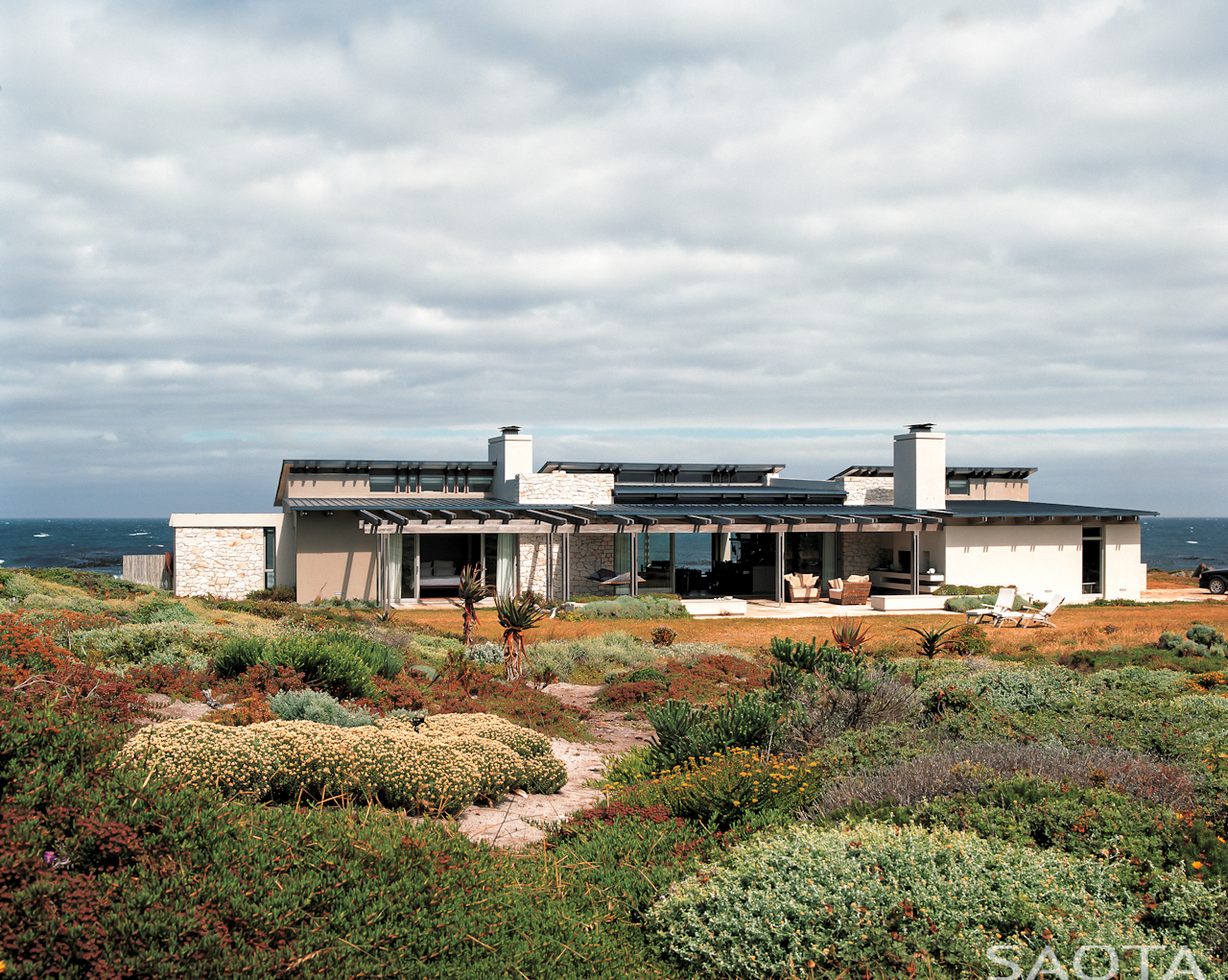Panoramic view of stunning rancher home in Cape Town, South Africa by SAOTA Architects.