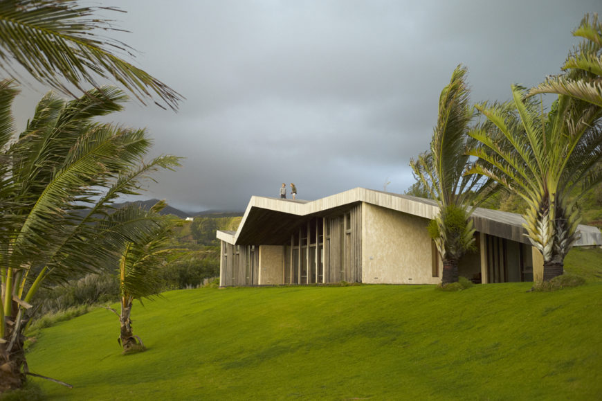 Returning to the view of the ocean side, we see how the roof slope gently evokes the surrounding landscape.