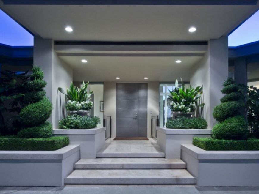 With marble steps leading to the titanium front door, the entrance is serious, albeit sprinkled with greenery to aid in the integration with the environment.