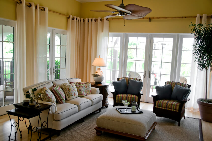 Superbe This Casual Living Room And Sunroom Has Bamboo Curtain Rods That Extend  Around The Perimeter Of