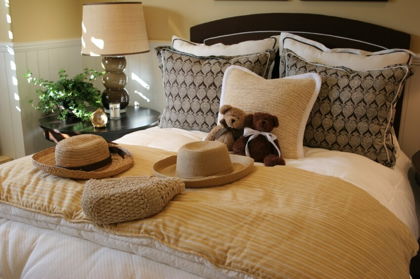 Attrayant This Charming Bedroom Showcases A Variety Of Colors, Patterns And Textures.  The Natural Fiber