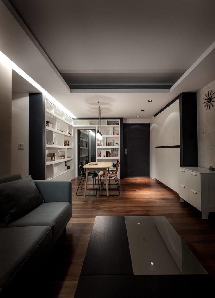 At night, the home glows via subtly mounted lighting, embedded in the ceiling edge, as well as the pendant lights over the dining table.