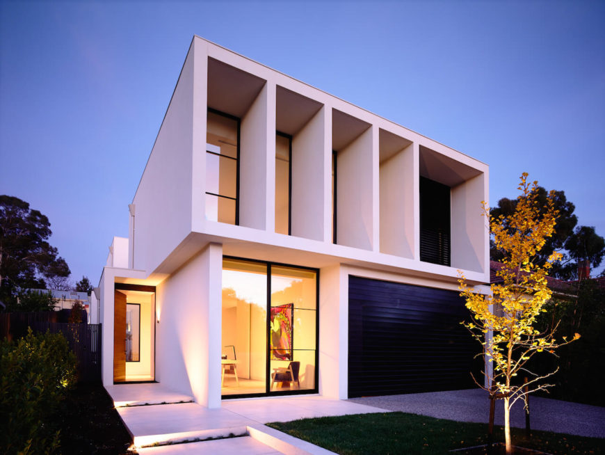 Beautiful front facade of a modern sustainable home by Canny.