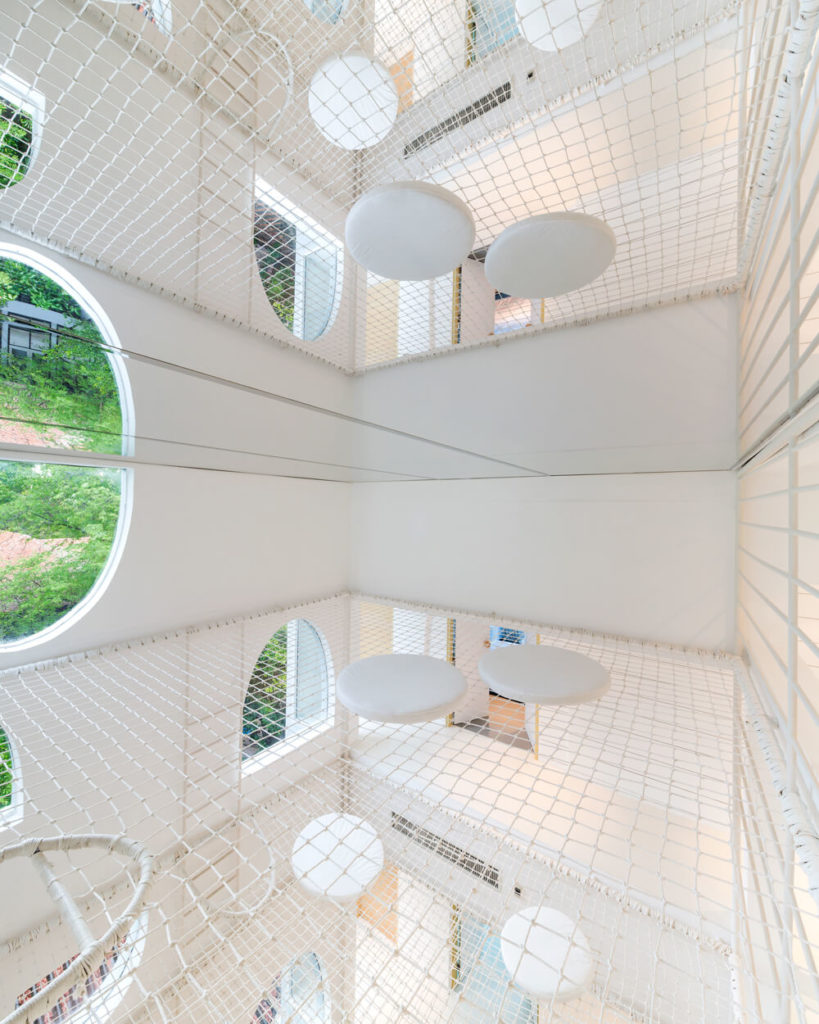 The layers of net are set in varied angles within the vertical space, allowing for adventure-type climbing. The sense of scale is expanded greatly by the mirrored ceiling surface.