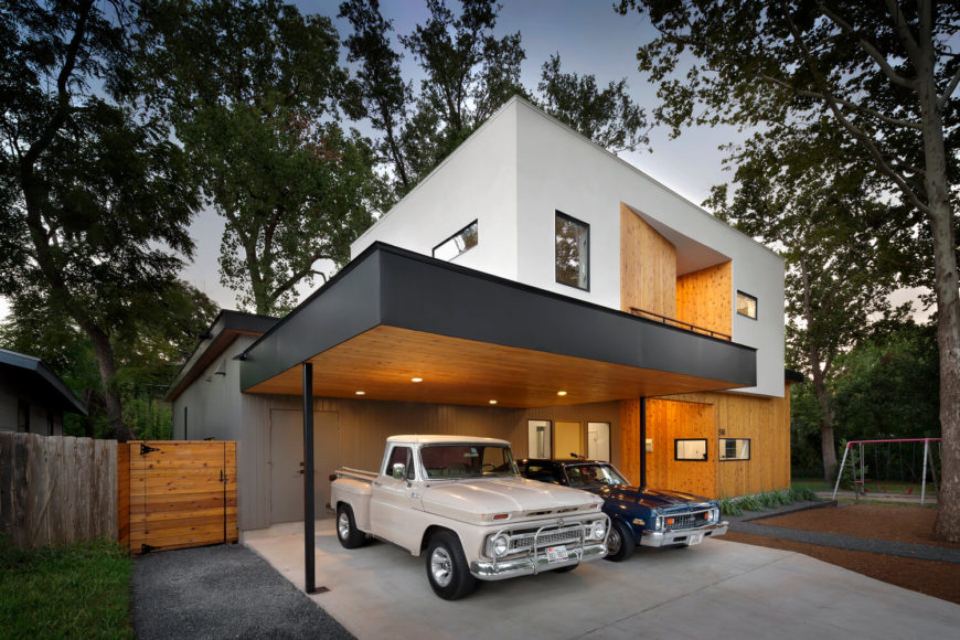 From this front view, the courtyard is completely concealed. The upper level white box dominates the appearance, while competing natural wood and muted grey textures offer a subtly complex palette that meshes with the surrounding landscape.