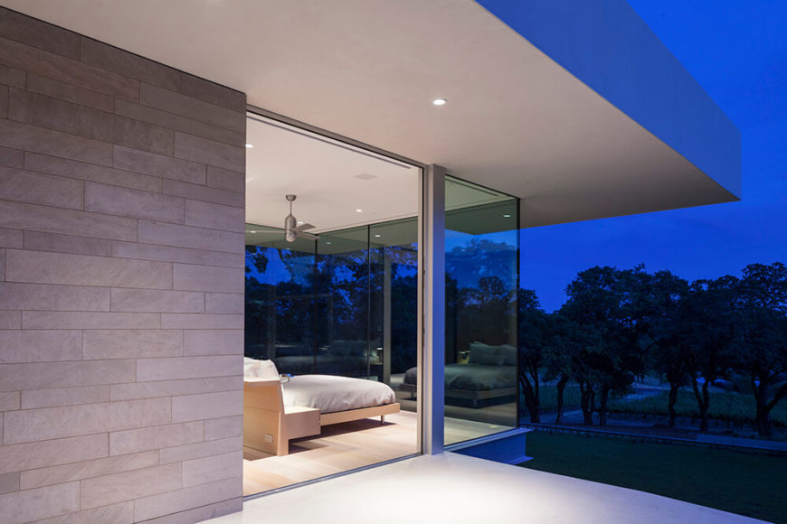 Just outside the guest house we can see the interior glowing out over the courtyard at night, courtesy of the full height glazing. The interior and exterior lines are truly blurred by this design flourish.