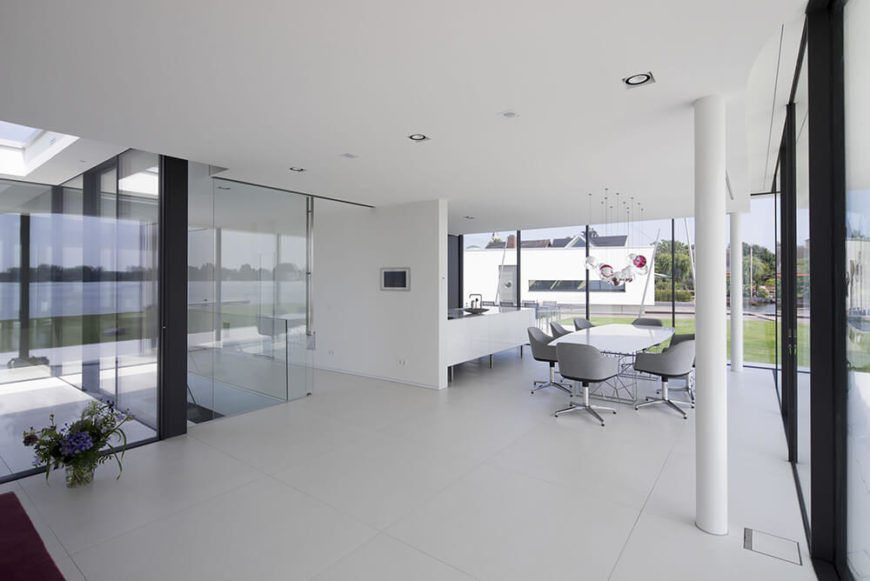 Moving inside the home, we see the expansive nature of the open-plan design, integrating various aspects of the home between the same set of walls. The wraparound glazing makes for a blurred boundary between indoors and out.