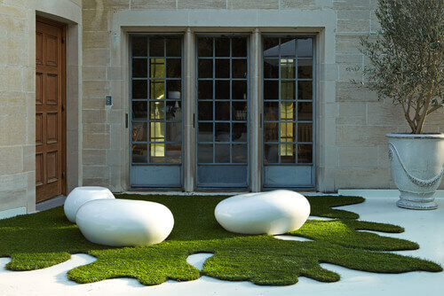 With astroturf your patch of grass can be interesting and unique. This patch of astroturf is cut into a funky and interesting design. Real grass would eventually grow out and not stay in this arrangement.