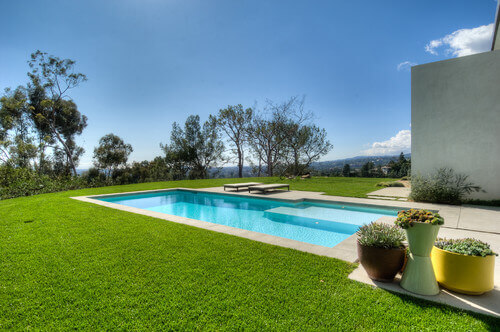 Here is more fantastic poolside astroturf. Running out to the pool barefoot would be a pleasure when you have such a nice soft terrain to cross.