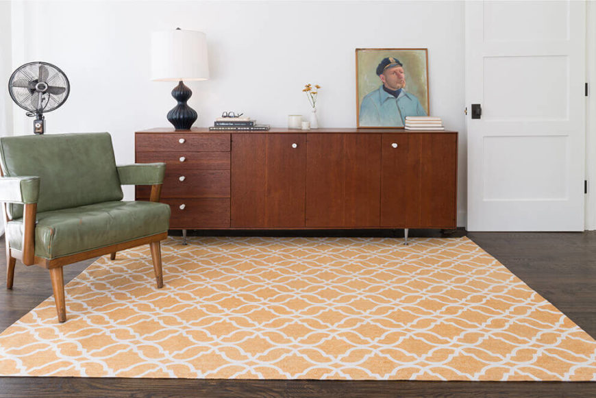 A contemporary geometric rug gives a living space a fresh focal point and brings in brightness and warmth.