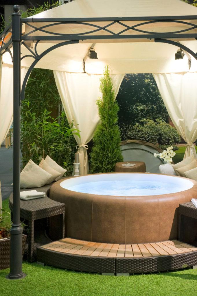 26 spectacular hot tub gazebo ideas for Deco jacuzzi exterieur