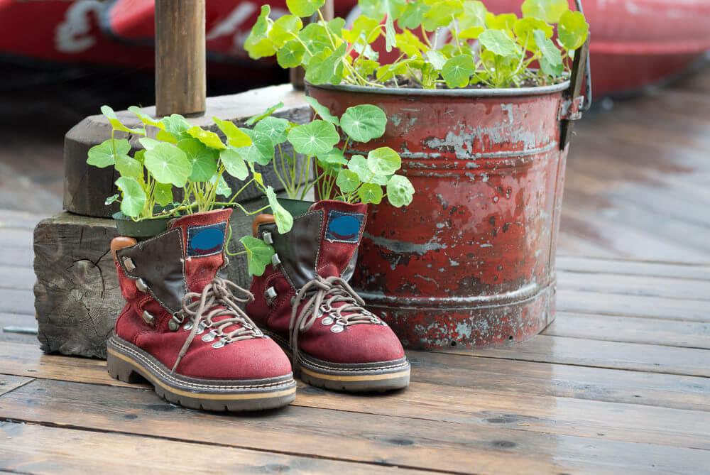 9485f544efde7 31 Shoe and Boot Planter Ideas (Photos)