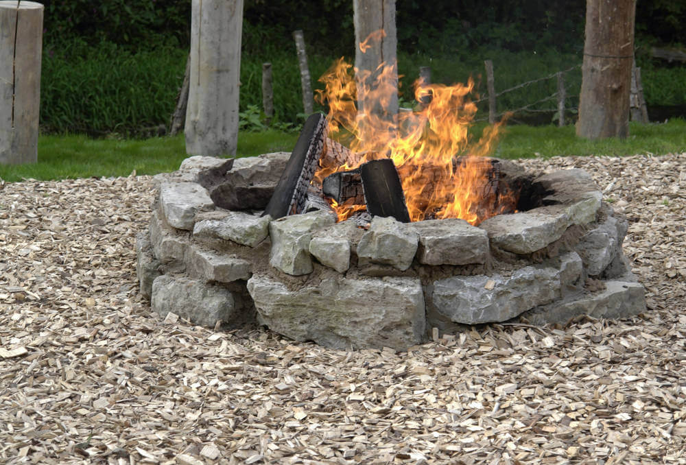 42 backyard and patio fire pit ideas for Backyard rock fire pit ideas