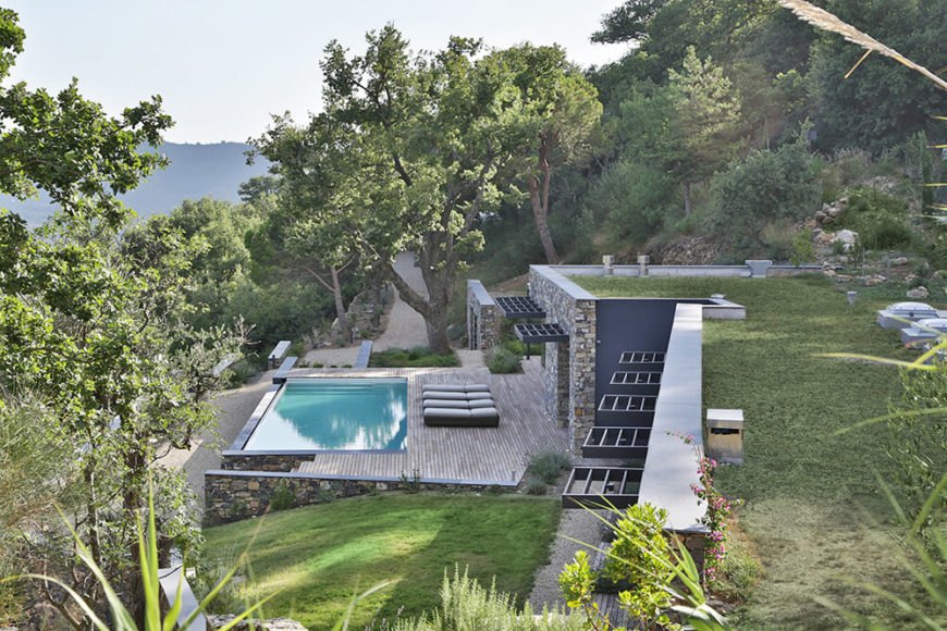 From above, we can see the green, living roof as well as the holistic integration of the house into the landscape. The deck and pool acts as an extension of the home, leaning out for views over the water.