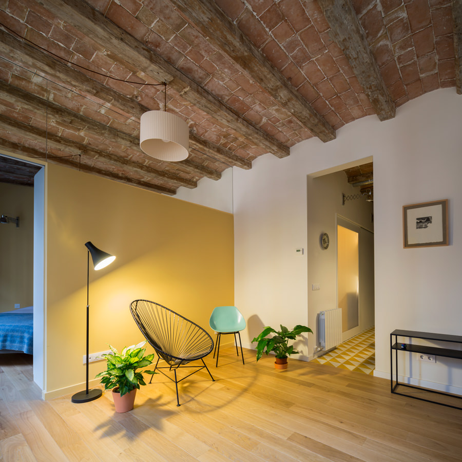 The untainted floor is indeed spectacular allowing the brick stone ceiling and perpendicularly designed wood beams to match on a comtemporarily designed look despite their traditional touch.