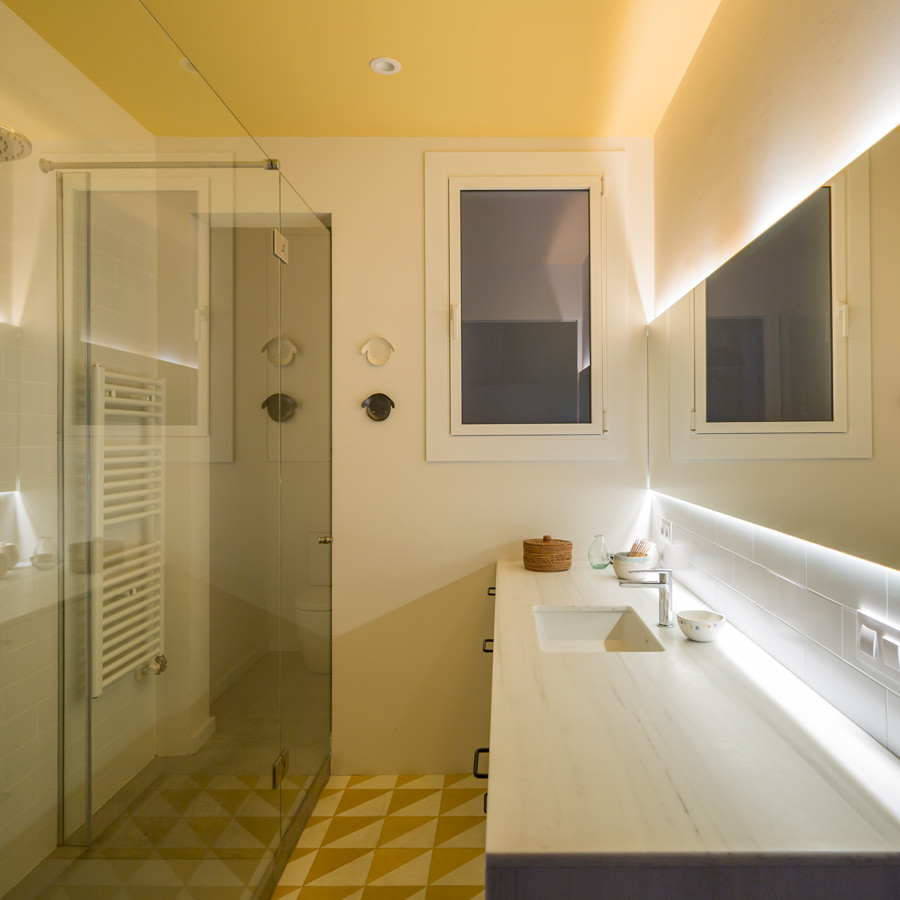 The lights installed on the mirror corners illuminate the entire bathroom at night. Moreover, the lights reflecting on the mirror provide an extra-bright bathroom.