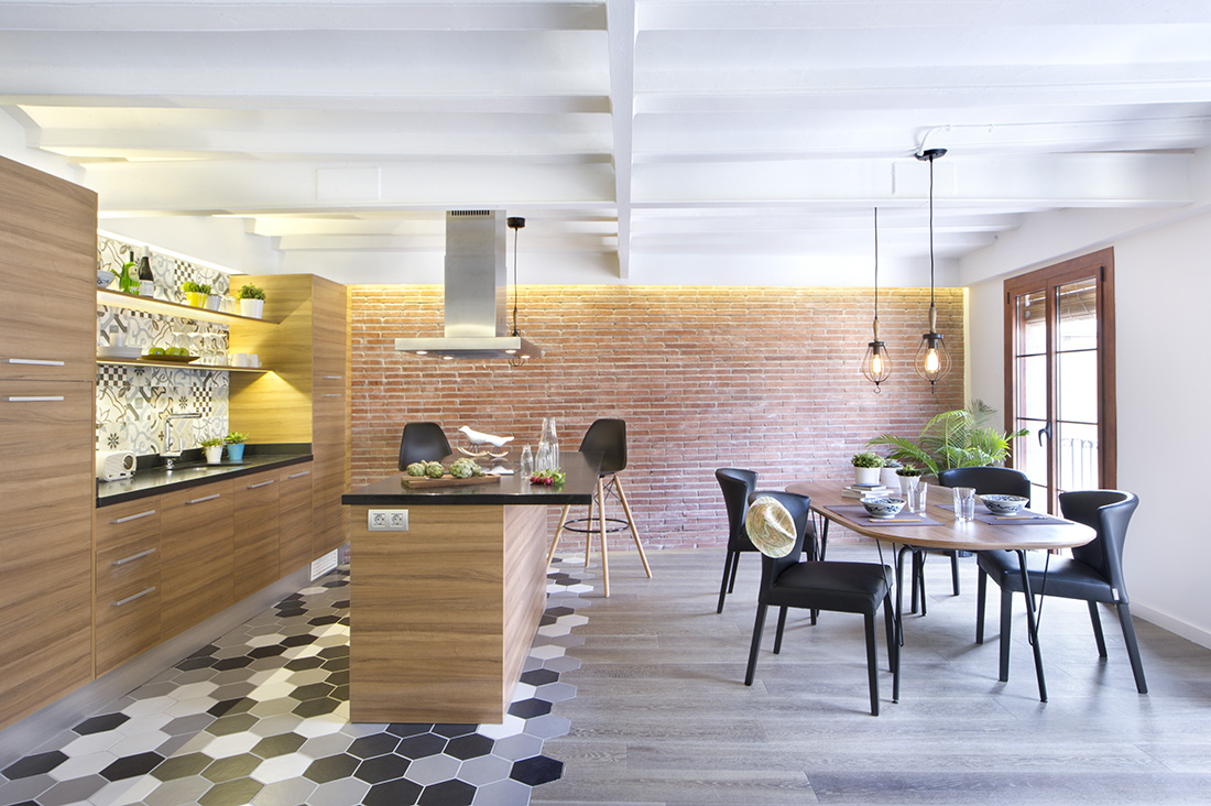 The geometrical tiling in shades of dark and light blue combing on the mini bar area connecting on the dining area's wood palette tiling are chic and stylish. While the rugged brick wall and protruding ceiling are quite industrial.