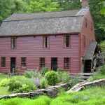 20 Examples of Homes with Gambrel Roofs (Photo Examples)