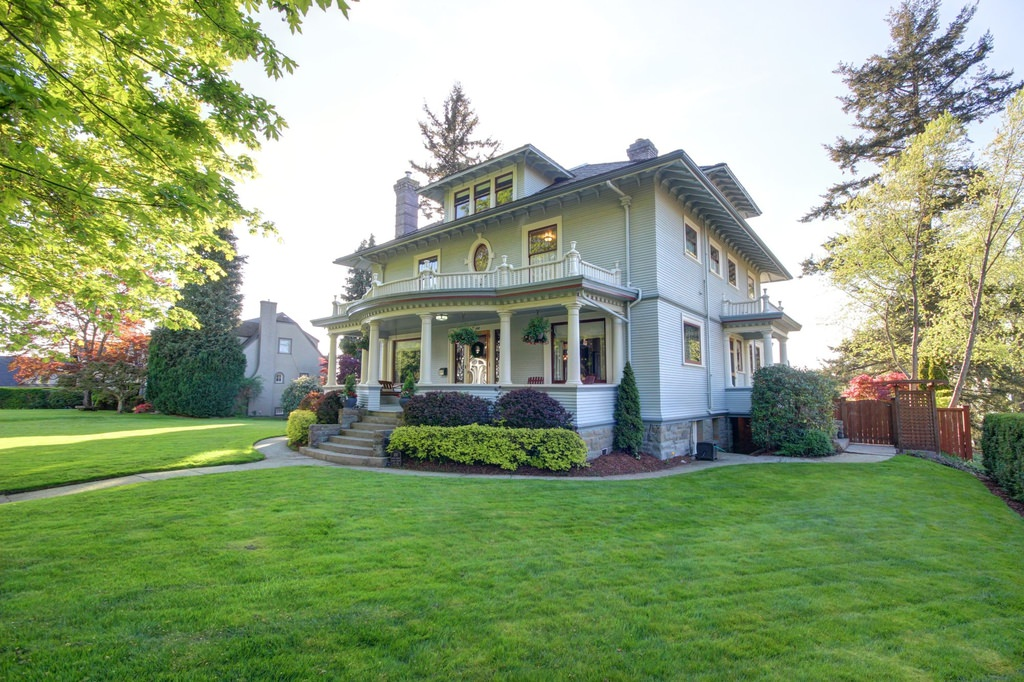 38 american foursquare home photos plus architectural details for Big houses in america
