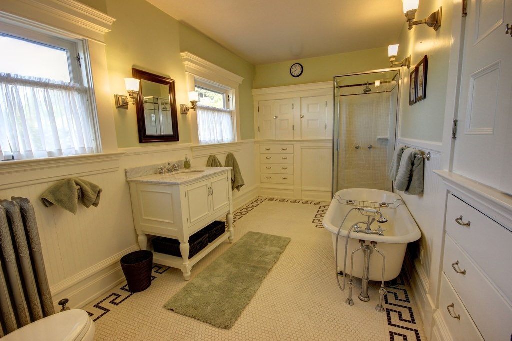 American Foursquare bathroom