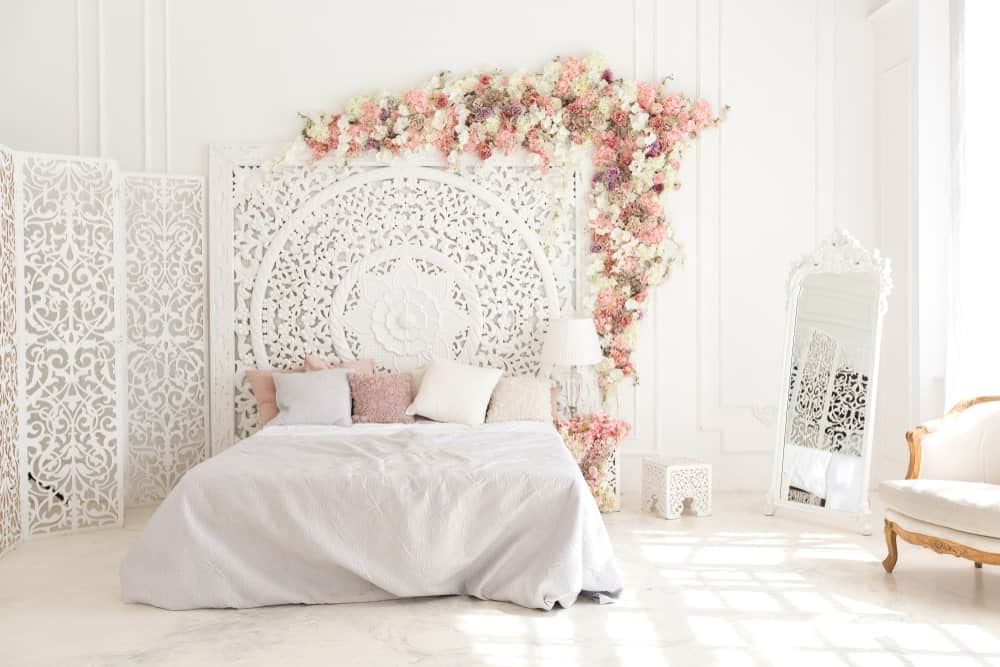 Un coup de projecteur sur la jolie configuration de lit de cette chambre principale entourée de murs blancs et de décors blancs qui rend la pièce si lumineuse.