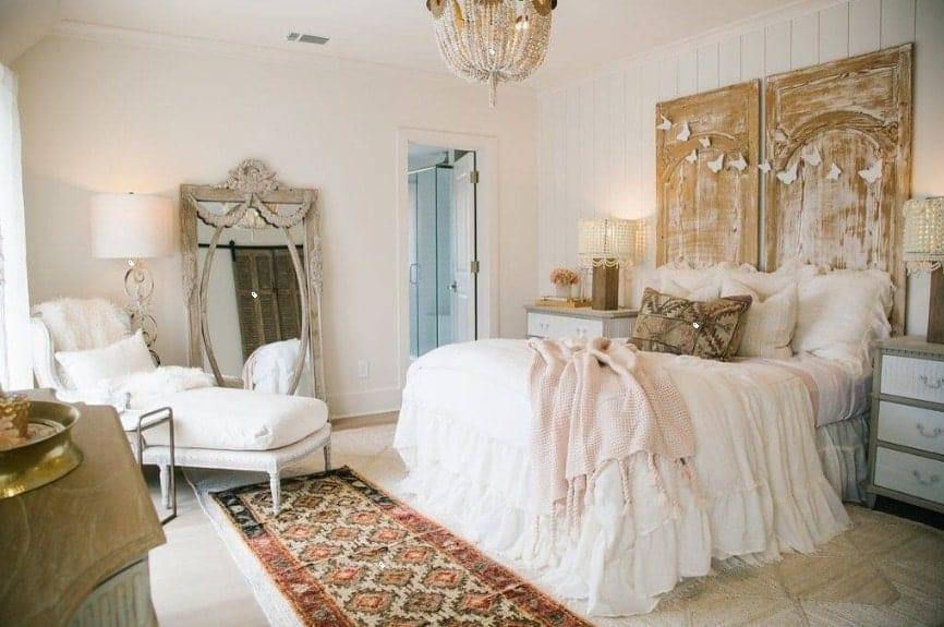 La chambre principale dispose d'un élégant lit éclairé par un lustre glamour.  La chambre a aussi sa propre salle de bain.