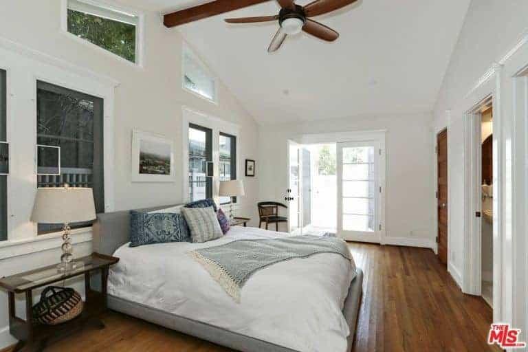La chambre principale est dotée de parquet, d'un haut plafond et de fenêtres en verre.  La chambre offre un grand lit confortable et dispose de sa propre salle de bain et d'un placard.