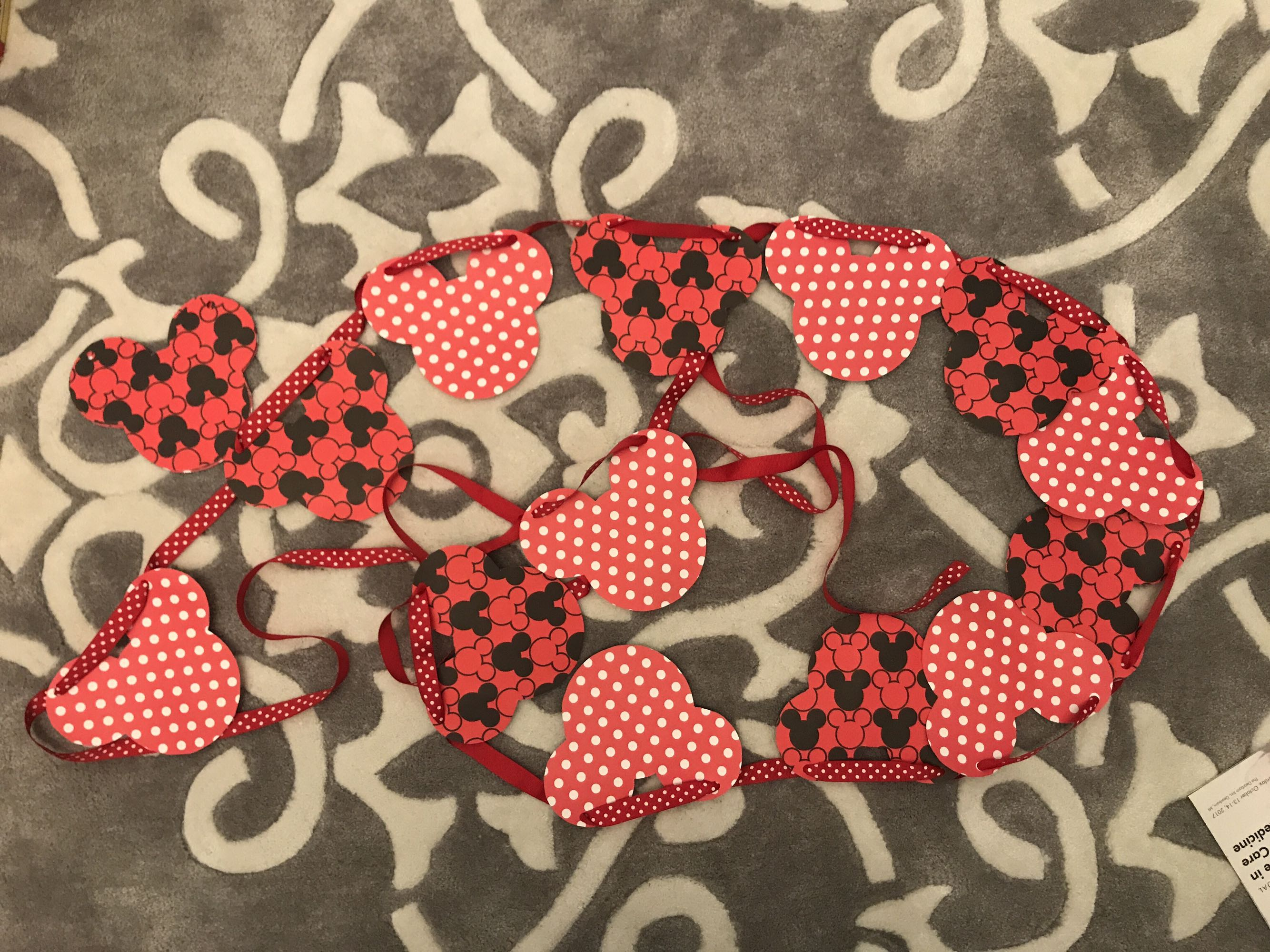 Mickey Mouse garland has 13 Mouse heads to hold pictures