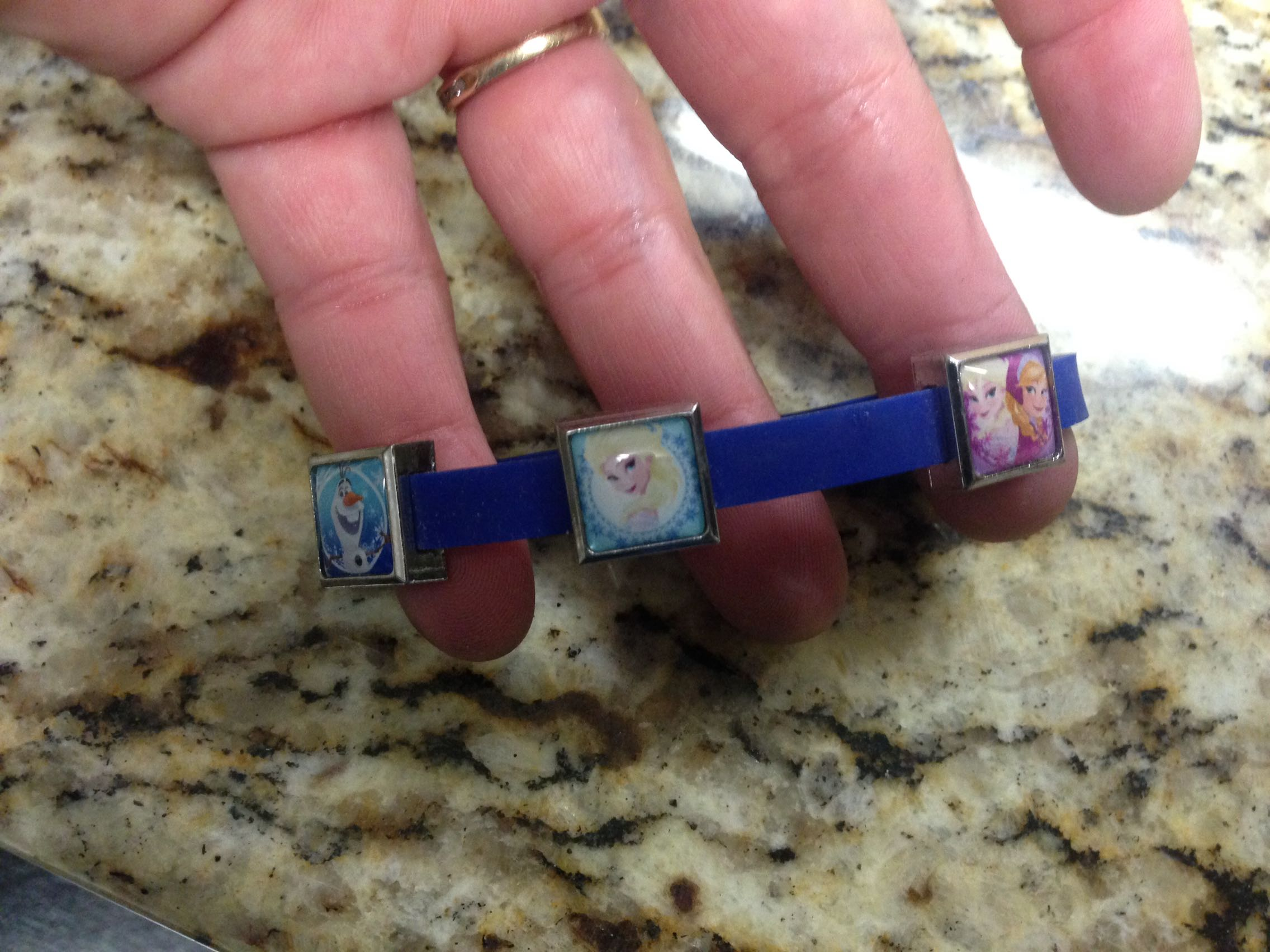 Disney's Frozen rubber bracelet with 5 metal charms - Porch pickup