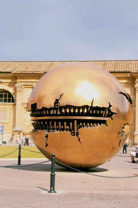 'Sfera con sfera' sculpture