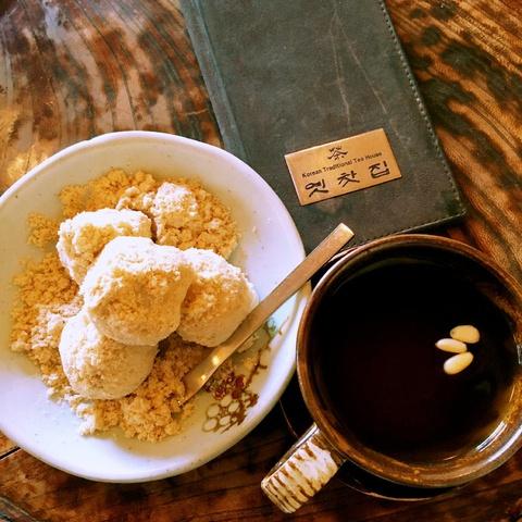 green plum tea with traditional Korean dessert