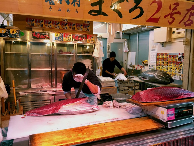 slicing a whole tuna