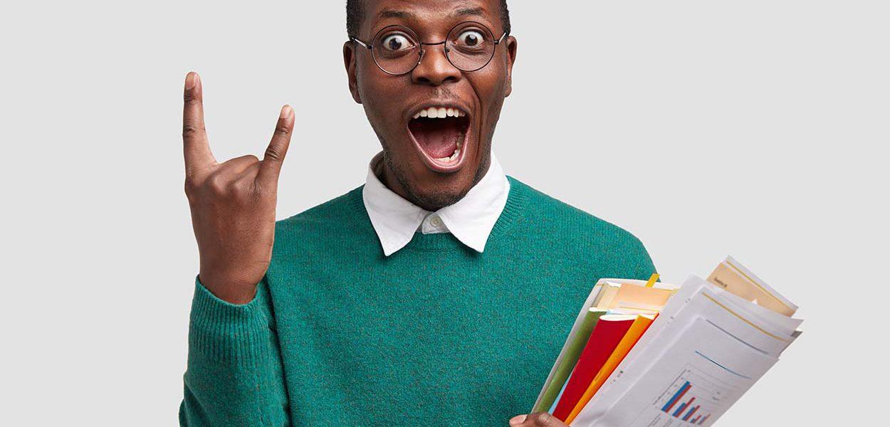Imagem de um jovem com uma pasta de documentos na mão