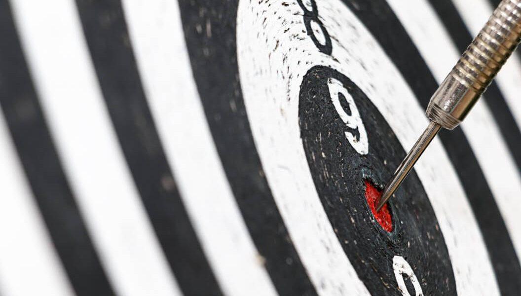 Imagem de um alvo com um dardo no centro