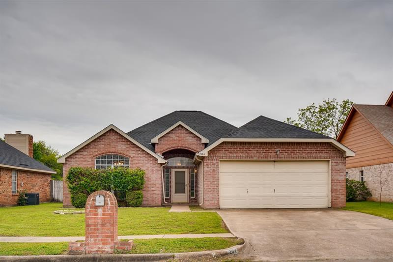Photo of 204 W Willow Creek Dr, Glenn Heights, TX, 75154