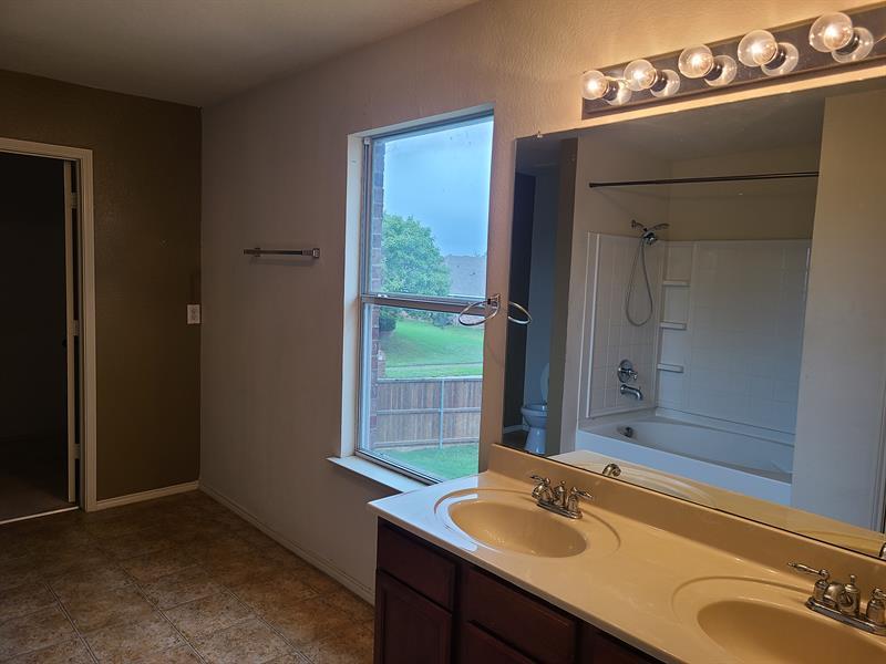 Photo of 201 Shady Oaks Ln, Red Oak, TX, 75154