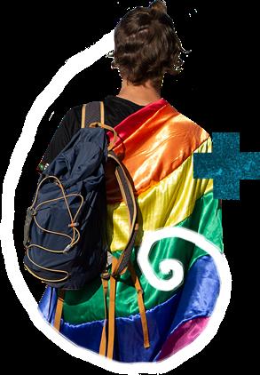 Uma pessoa, de costas. Ela tem uma mochila no ombro esquerdo e uma bandeira LGBT no direito.