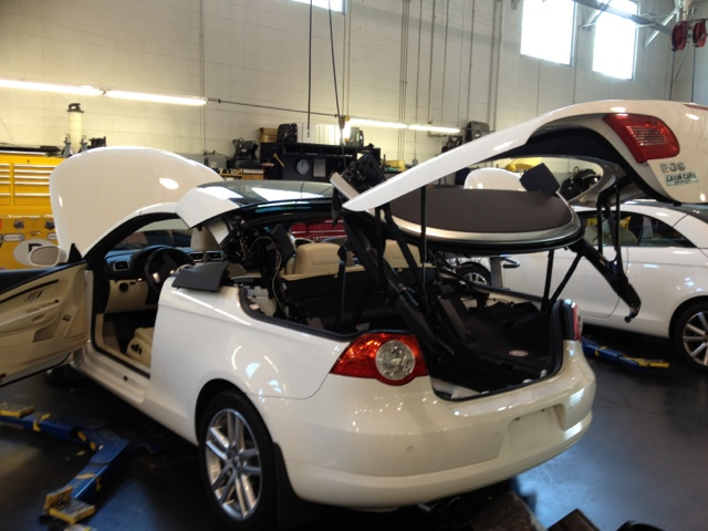 Volkswagen EOS top in service position