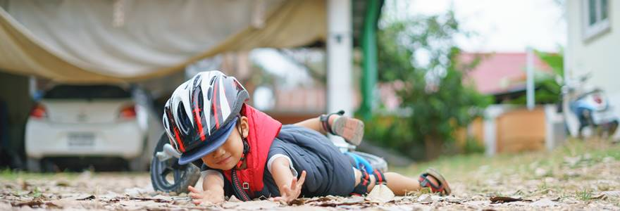 garota caindo de um bicicleta
