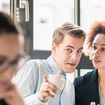 O poder devastador da fofoca no ambiente de trabalho