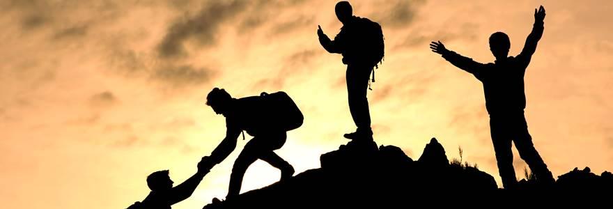 amigos se ajudando em escalada
