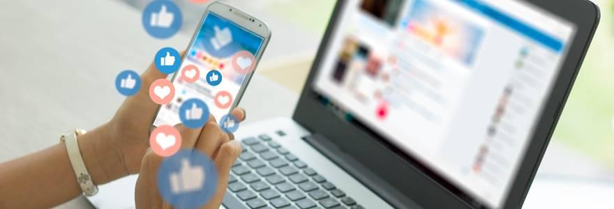 profissional usando as redes sociais no local de trabalho