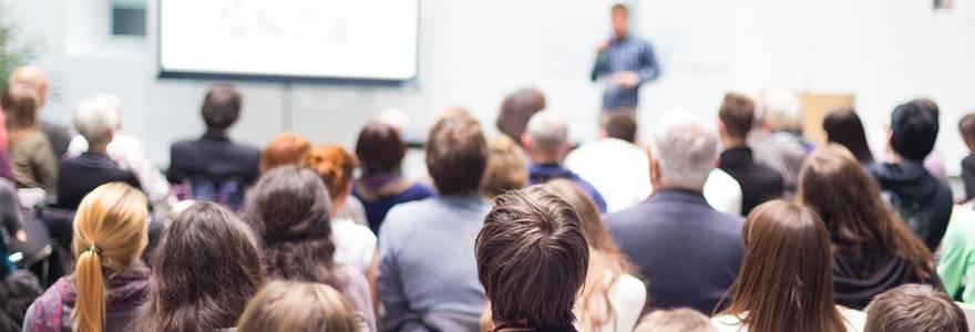 Palestrante dando uma palestra na reunião de negócios