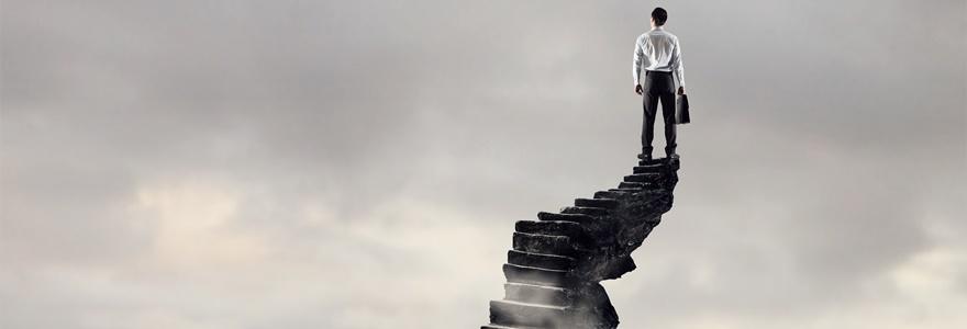 Pessoa subindo escadas que representam seu crescimento