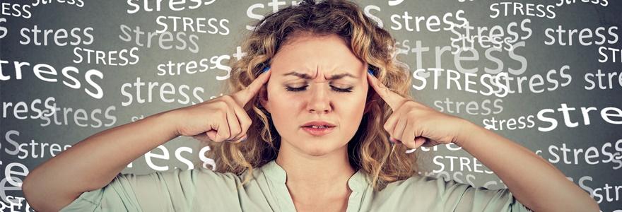 Mulher com estressado com os dedos indicadores sobre as têmporas